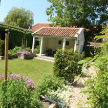 Tuinrenovatie van een ruime patiotuin bij een monumentaal pand